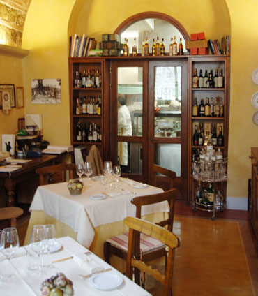 Die Küche und Restaurantbereich der Osteria di Passignano